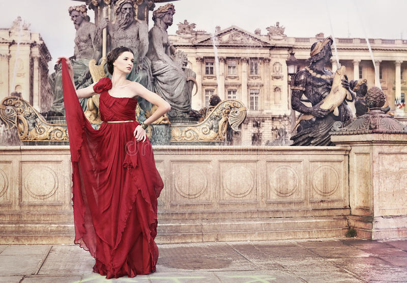 Donna in piazza pubblica, a Parigi, la Francia fotografie stock