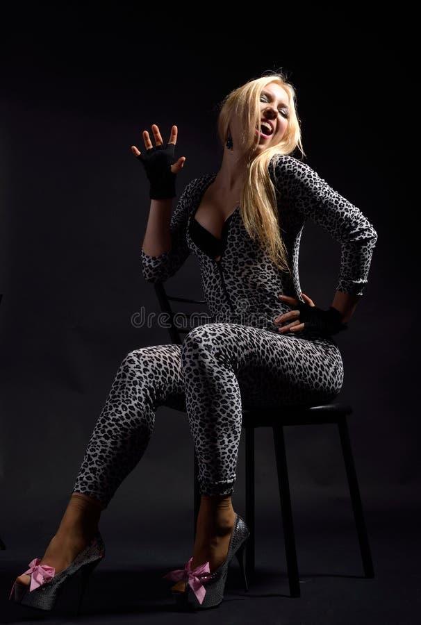 Donna piena di vita nel catsuit chiazzato immagini stock libere da diritti