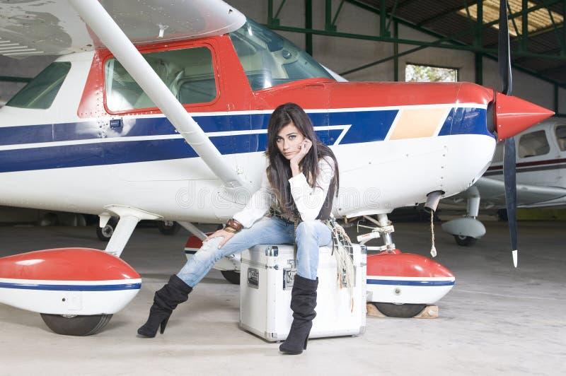 Donna pilota che attende per volare fotografia stock libera da diritti