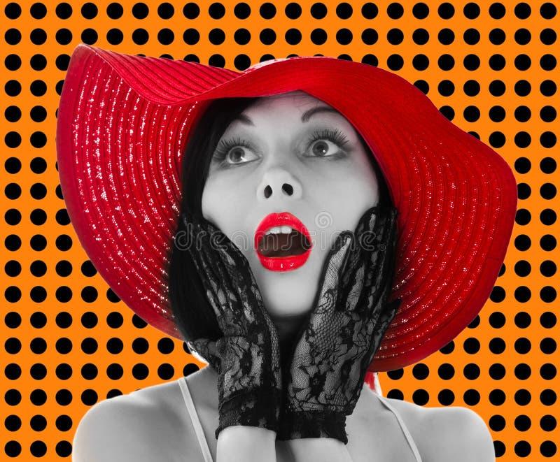 Donna Pin-in su con il cappello e gli orli rossi immagini stock