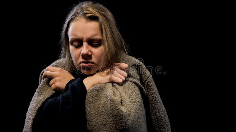 Donna povera triste coperta di depressione profonda di sofferenza generale, spaventata immagine stock libera da diritti