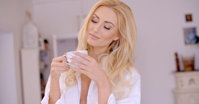 Donna premurosa con caffè che la chiude occhi immagini stock
