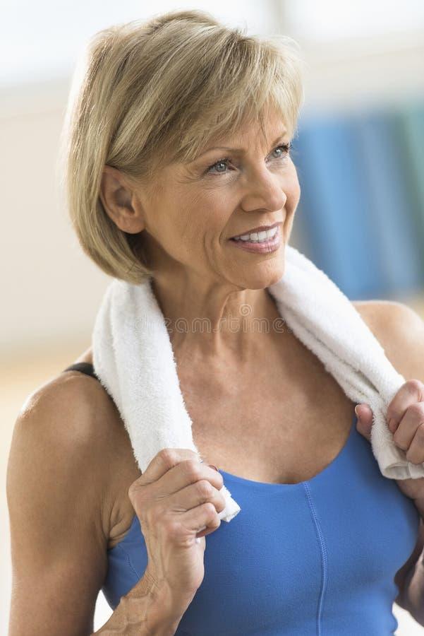 Donna premurosa con l'asciugamano intorno al collo immagine stock libera da diritti