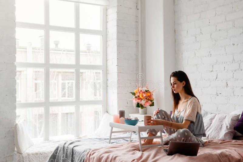 Donna premurosa con la tazza di caffè di mattina fotografia stock libera da diritti