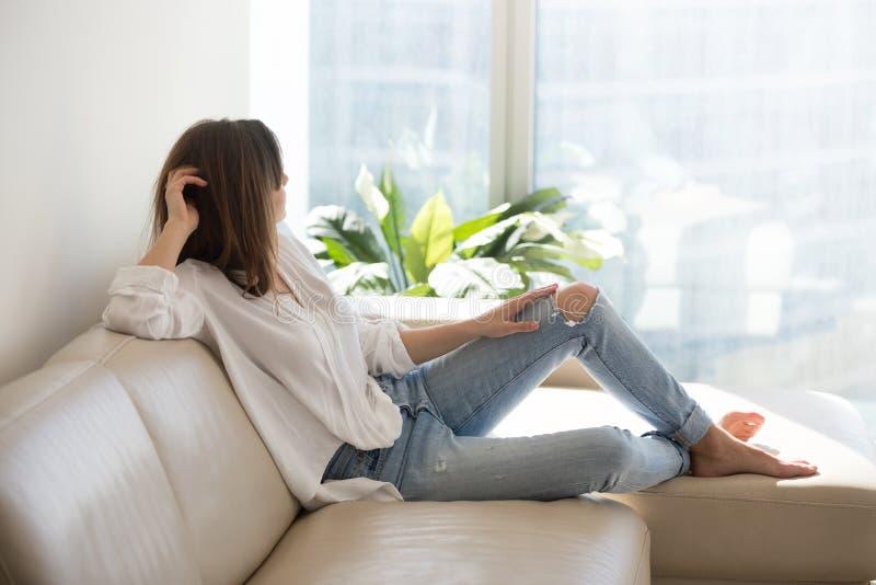 Donna premurosa rilassata che gode del benessere che sogna al lusso l fotografie stock libere da diritti
