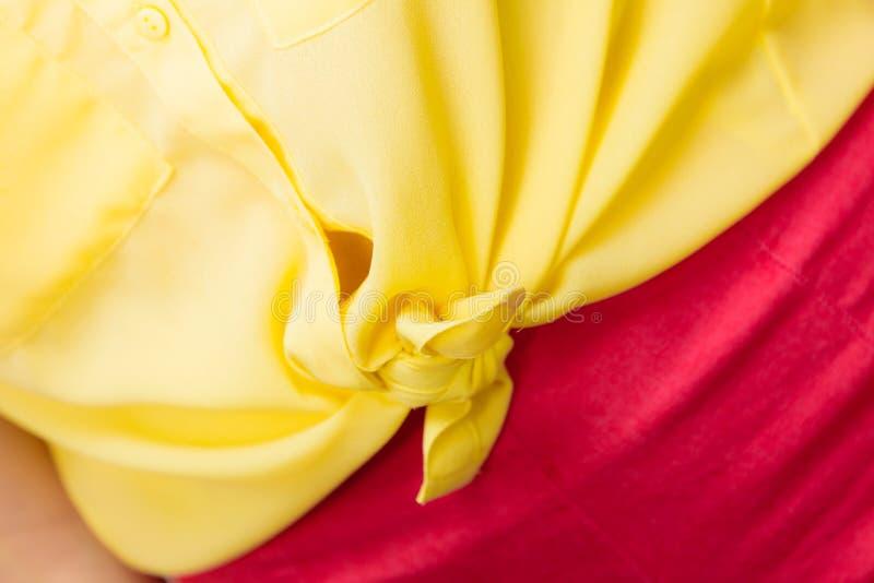 Donna in primo piano della camicia annodato giallo fotografia stock