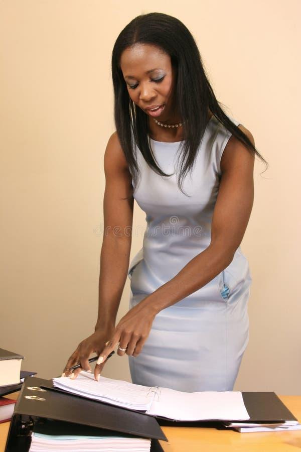 Donna professionale che lavora con i suoi documenti fotografia stock