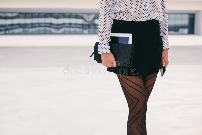 Donna professionale di affari d'avanguardia che tiene compressa digitale fotografia stock libera da diritti