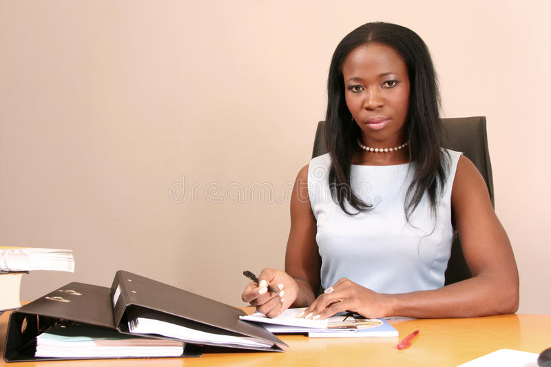 Donna professionale in una riunione che stringe le mani fotografie stock libere da diritti
