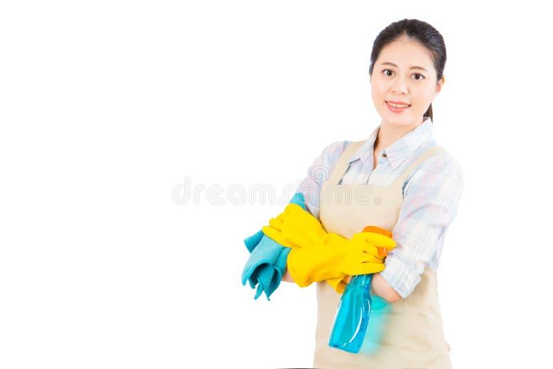 Donna pronta per pulizie di primavera con i guanti immagini stock