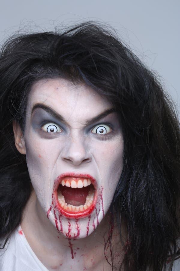 Donna psicotica dell'emorragia in un'immagine di tema di orrore fotografie stock