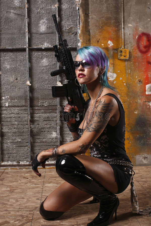 Donna punk con il fucile fotografie stock libere da diritti