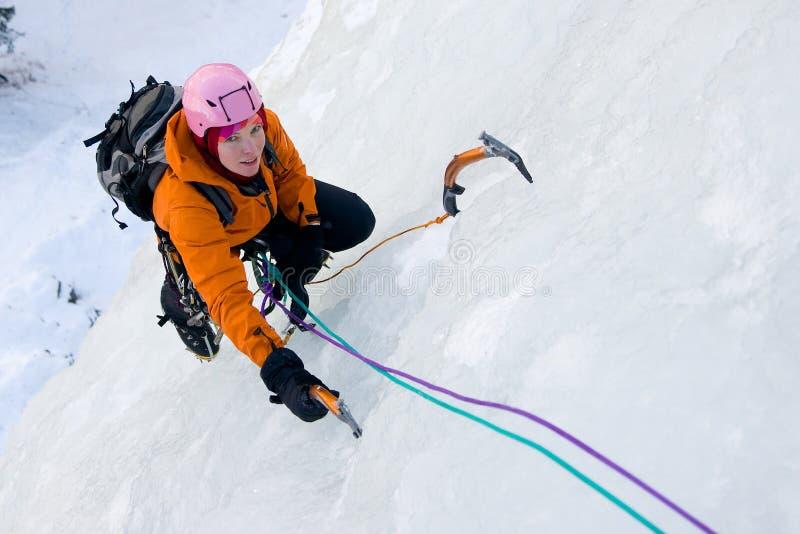 Donna rampicante del ghiaccio fotografia stock libera da diritti