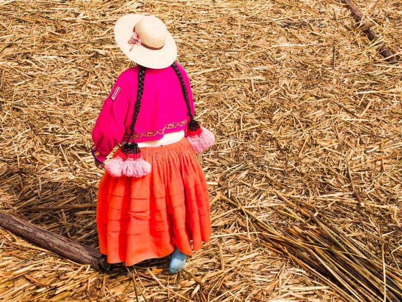 Donna in Reed Islands, Perù immagini stock libere da diritti