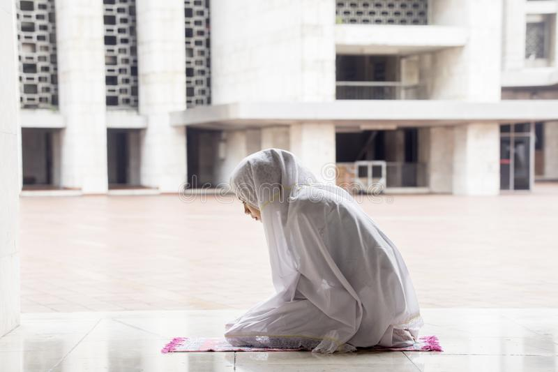 Donna religiosa che fa Salat nella moschea di Istiqlal fotografie stock