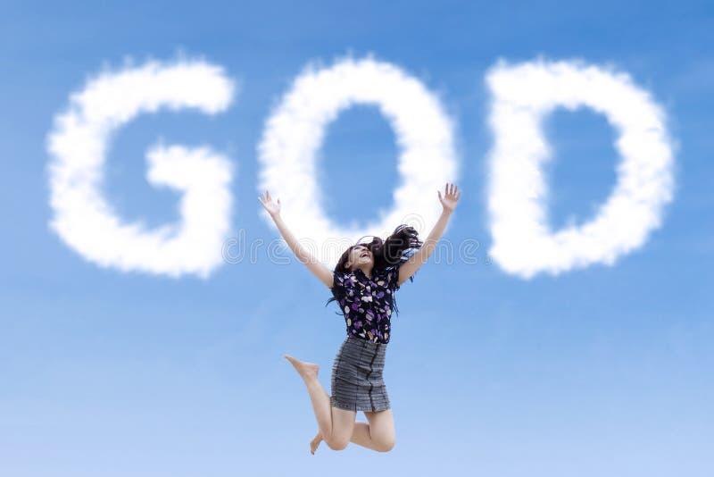 Donna religiosa che salta con il dio delle nuvole fotografia stock libera da diritti