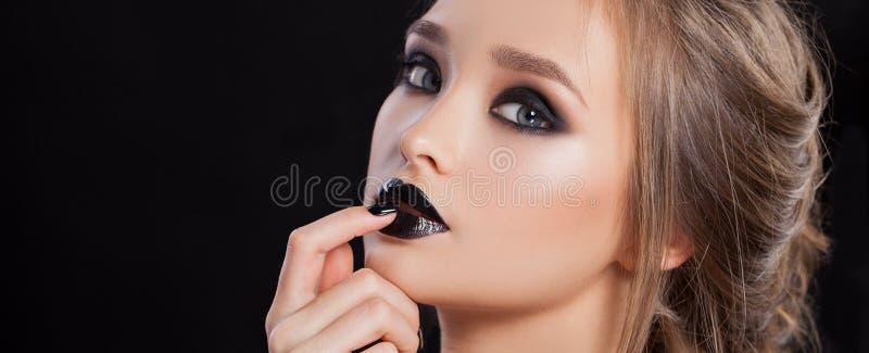 donna retrospettiva di rassegna s del ritratto di secolo di 20 bellezze xx Trucco e manicure professionali con gli occhi affumica immagine stock