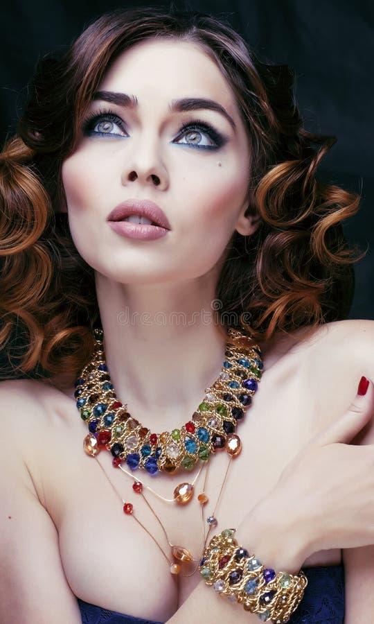 Donna ricca di bellezza con la fine di lusso dei gioielli su fotografia stock