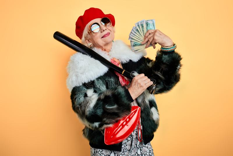 Donna ricca romantica che usando i suoi soldi come un fan immagini stock