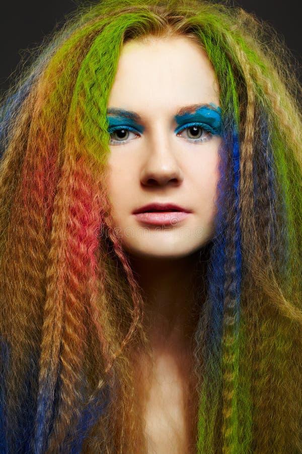 Donna riccia dai capelli lunghi della testarossa immagini stock libere da diritti