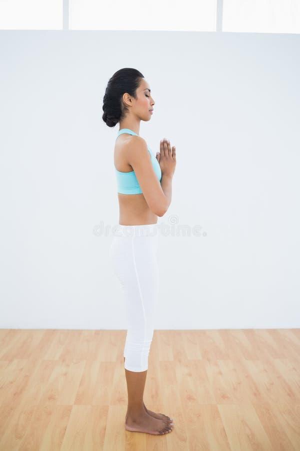 Donna rilassata calma che sta nel corridoio di forma fisica fotografie stock libere da diritti