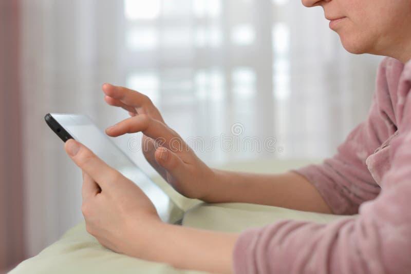 Donna rilassata con tablet pc al mattino immagini stock libere da diritti