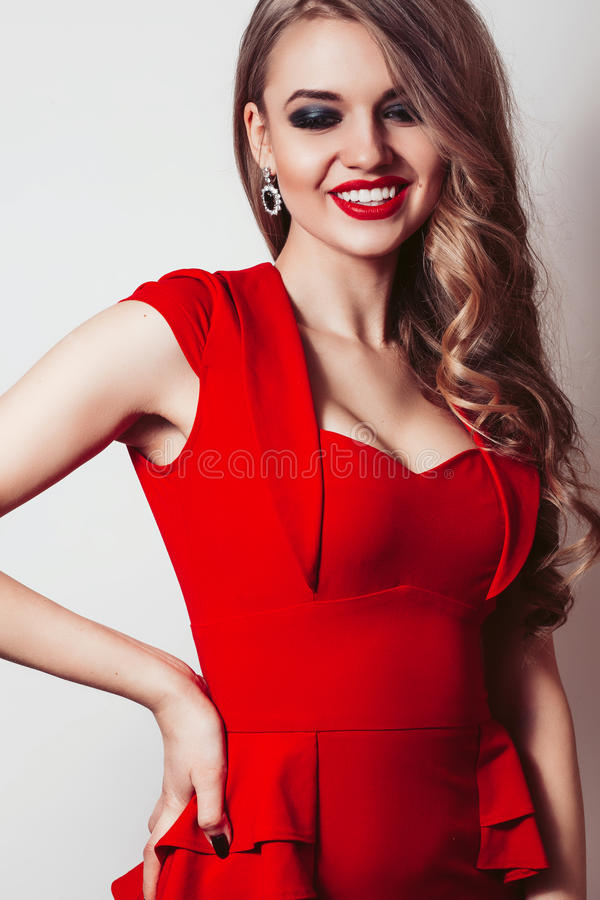 Donna in ritratto rosso del vestito isolato su fondo bianco fotografia stock