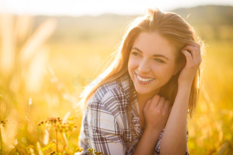 Donna - ritratto soleggiato della natura fotografia stock libera da diritti