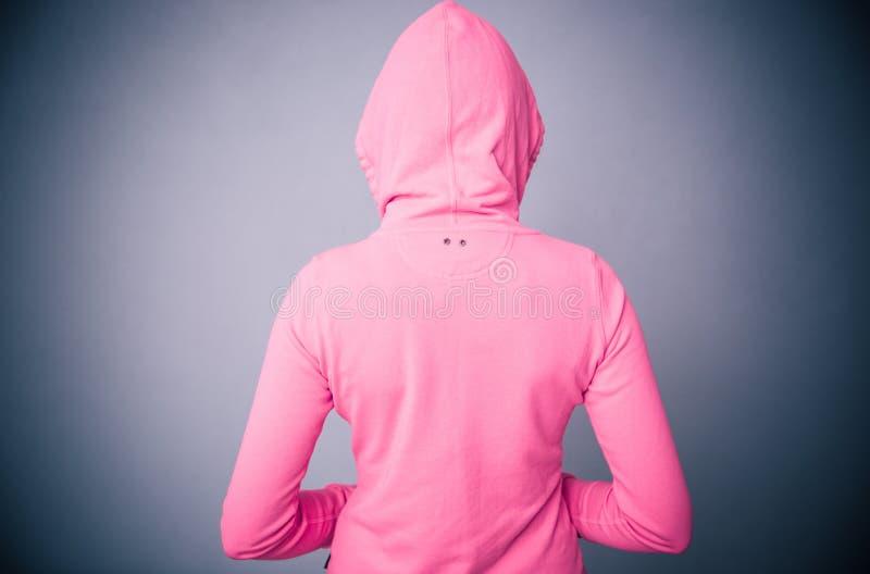 Donna in rivestimento rosa con il cappuccio fotografie stock