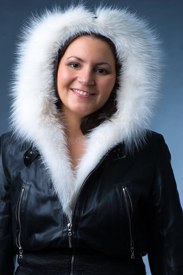 Donna in rivestimento simile a pelliccia immagini stock