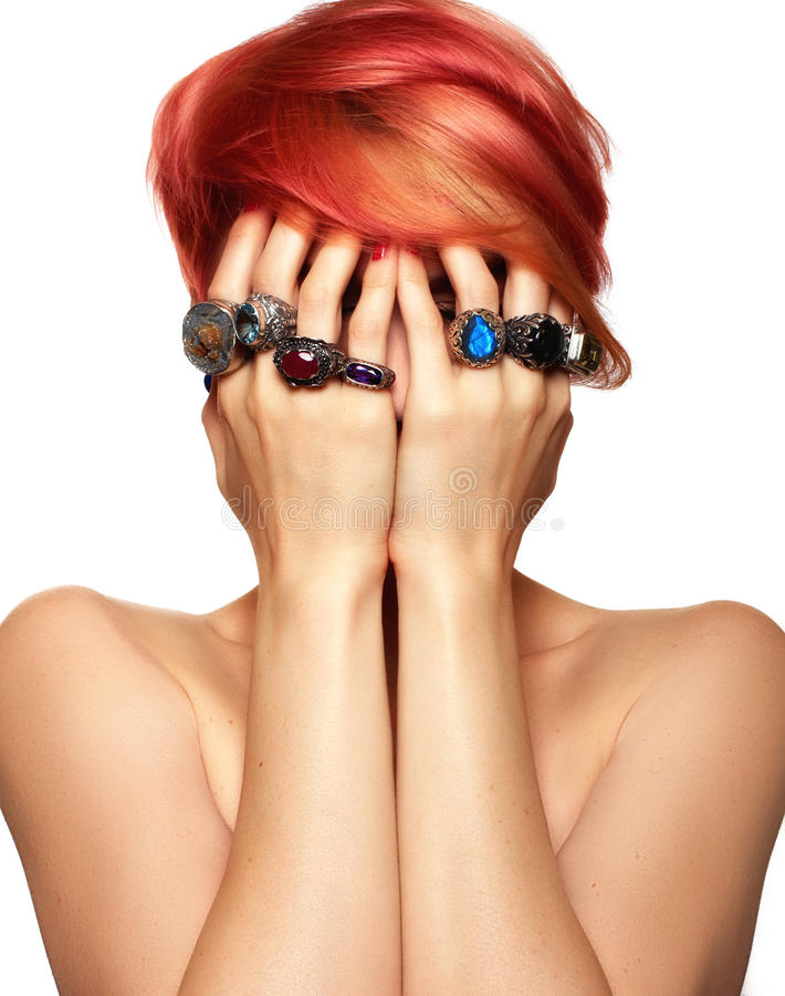 Donna rossa dei capelli con gli anelli immagini stock libere da diritti