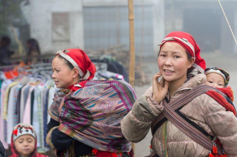 Donna rossa di Dao con il bambino in Sapa, Vietnam fotografia stock libera da diritti