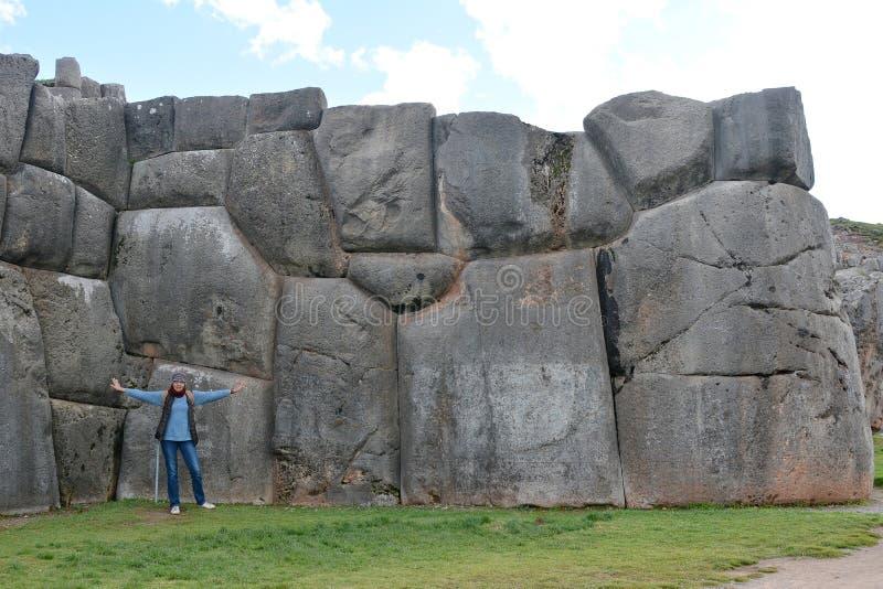 Donna in rovine di Sacsayhuaman, Cuzco, Perù fotografia stock libera da diritti