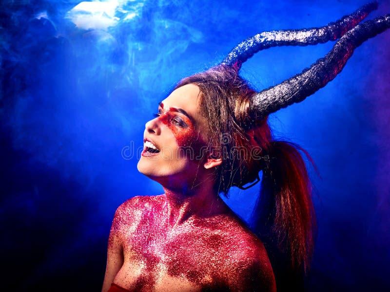 Donna satan pazza sul rituale di magia nera in inferno fotografie stock