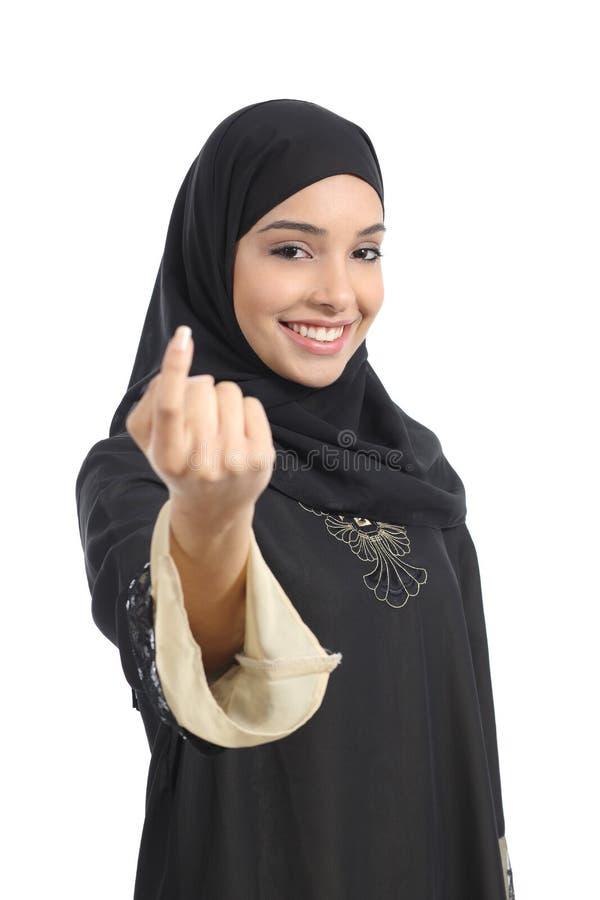Donna saudita araba degli emirati che gesturing chiamare immagini stock