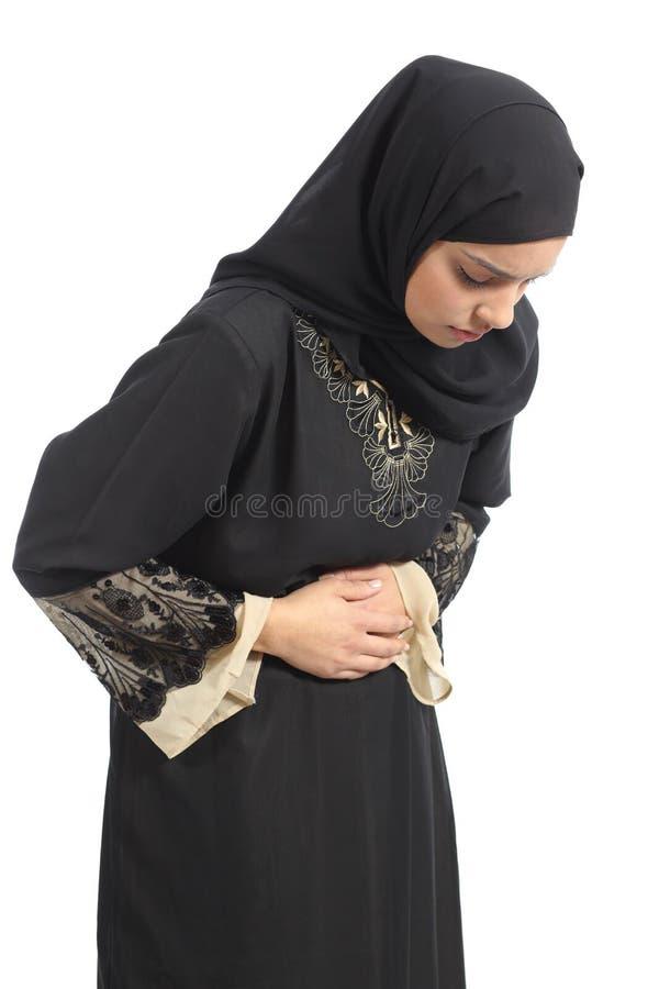 Donna saudita araba degli emirati con il dolore di pancia fotografia stock libera da diritti