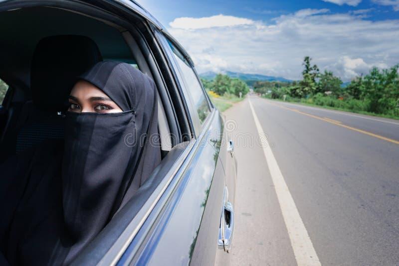 Donna saudita che conduce un'automobile sulla strada fotografie stock