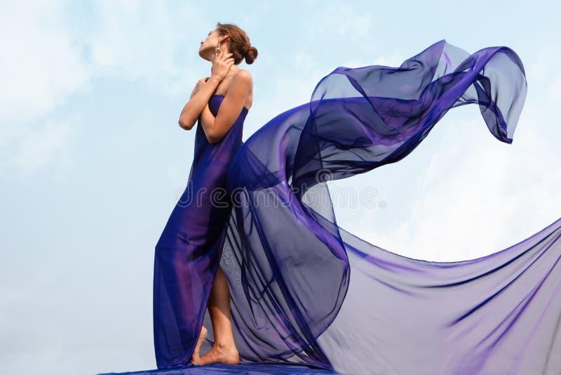 Donna in scialle fotografie stock libere da diritti