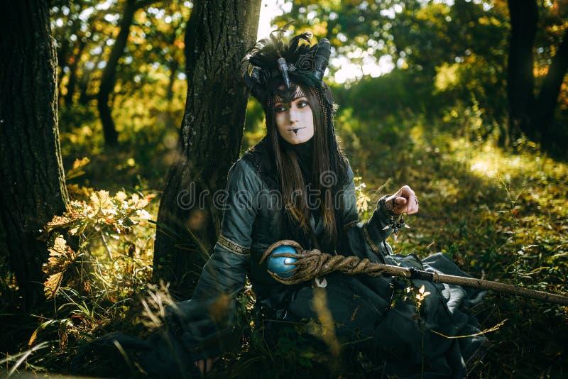 Donna-sciamano con i corni fotografia stock