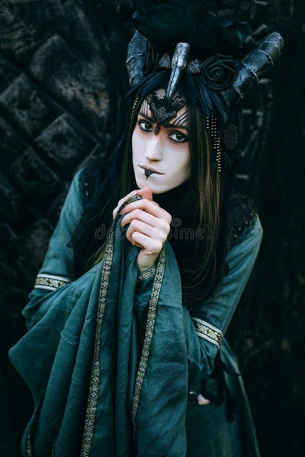 Donna-sciamano con i corni fotografie stock libere da diritti