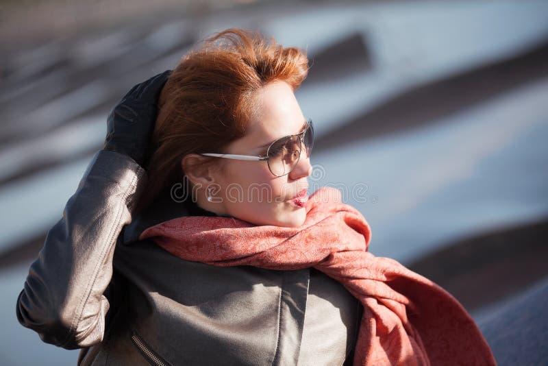 Donna in sciarpa rossa immagini stock