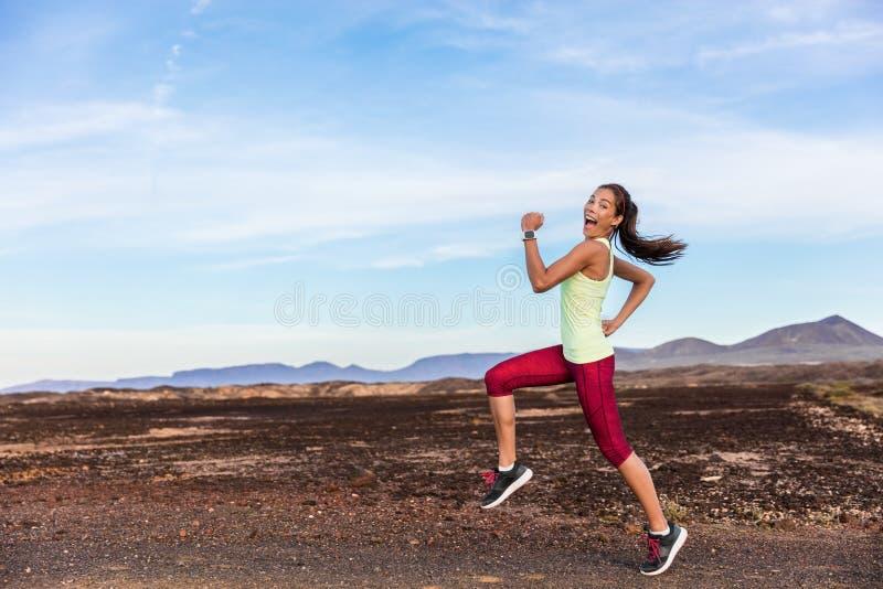 Donna sciocca dell'atleta divertente del corridore che esegue divertimento fotografia stock libera da diritti