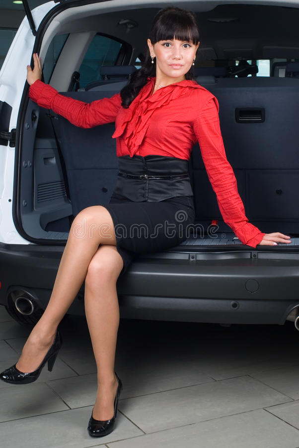 Donna in scompartimento di bagagli fotografie stock