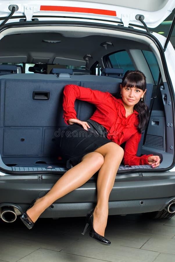 Donna in scompartimento di bagagli immagine stock