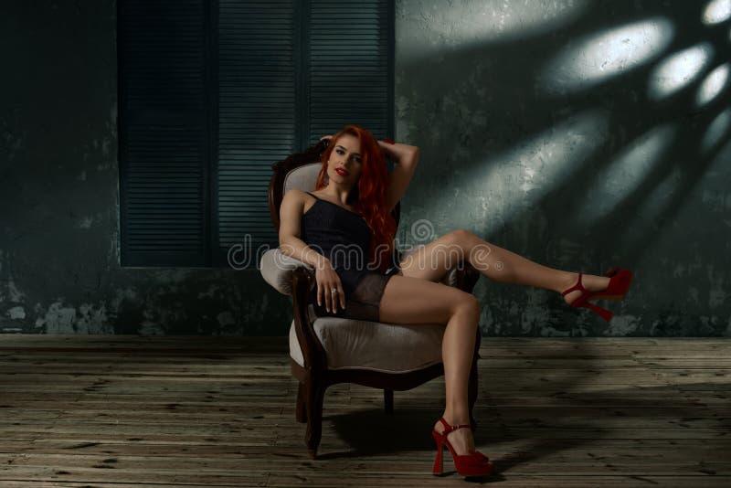 Donna in sedia alla moda immagine stock