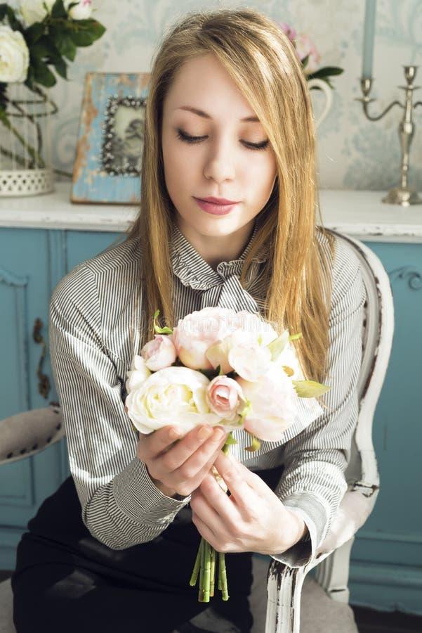 Donna in sedia con i fiori immagini stock libere da diritti