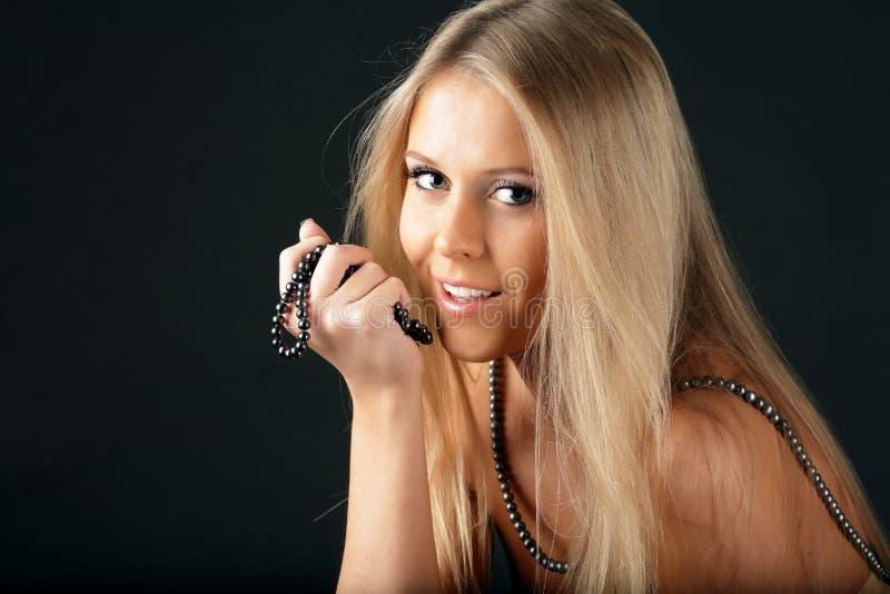 Donna seducente con la collana della perla fotografie stock libere da diritti
