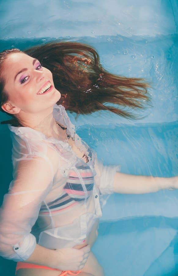 Donna seducente sexy sorridente felice in acqua immagini stock