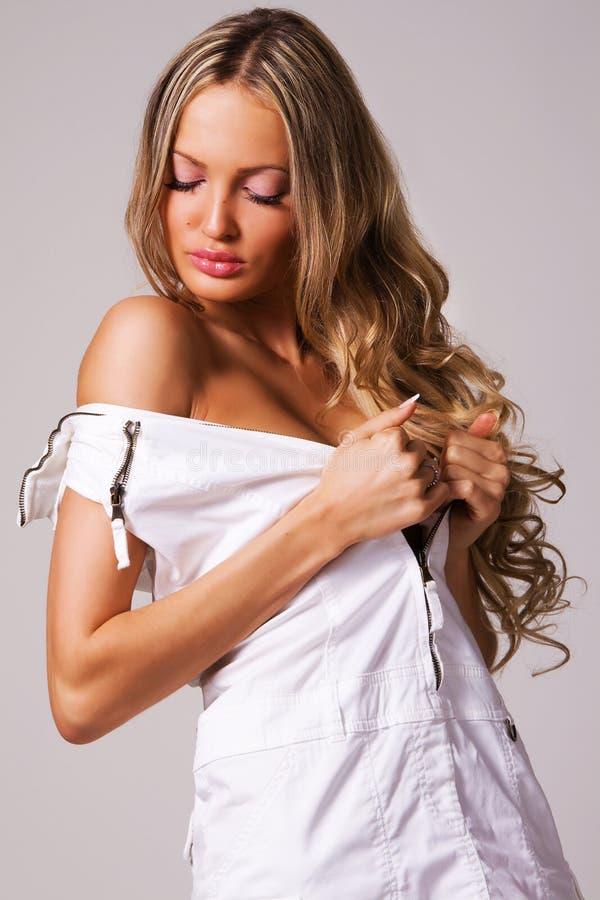 Donna seducente in un vestito bianco immagini stock