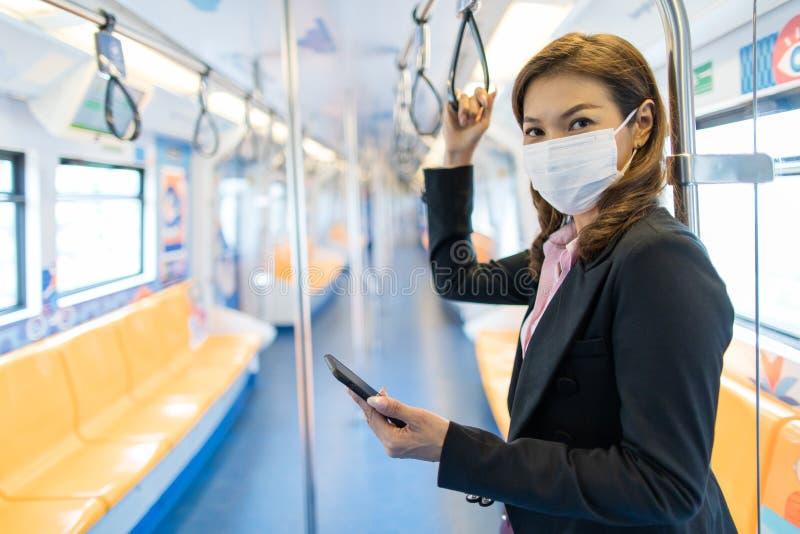 Donna seduta sola in treno fotografia stock